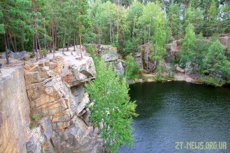 На Житомирщині чоловік, який відпочивав поблизу кар'єру, впав з 5-метрової висоти та загинув