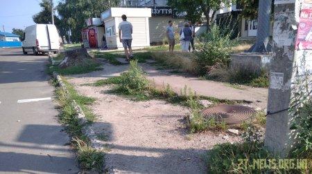 Жителі вулиці Небесної Сотні скаржаться на розбиті тротуари
