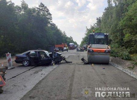 """На трасі Виступовичі – Житомир """"BMW"""" влетів у дорожній каток: 2 людей травмувалося"""
