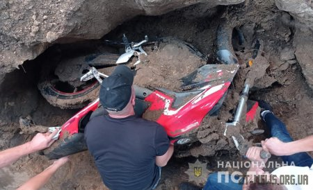На Житомирщині крадій мотоцикла закопав двоколісник на власному обійсті