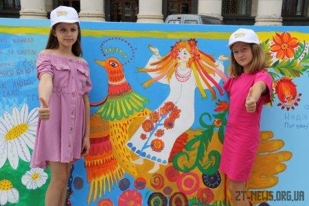 Більше 400 дітей у Житомирі створили найбільшу картину про Україну