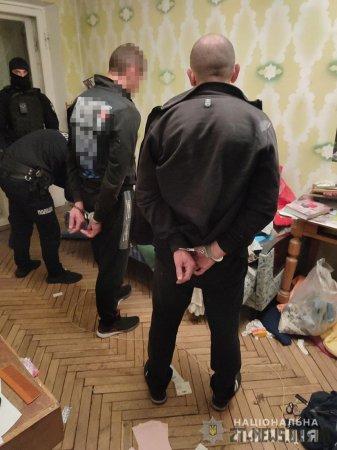Пильна сусідка допомогла затримати двох квартирних злодіїв у Житомирі