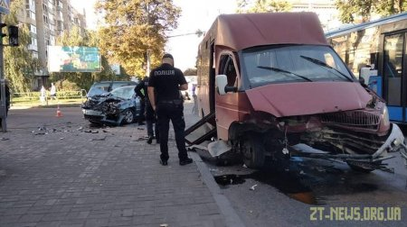 У Житомирі внаслідок зіткнення маршрутки з легковиком двоє людей потрапили до лікарні