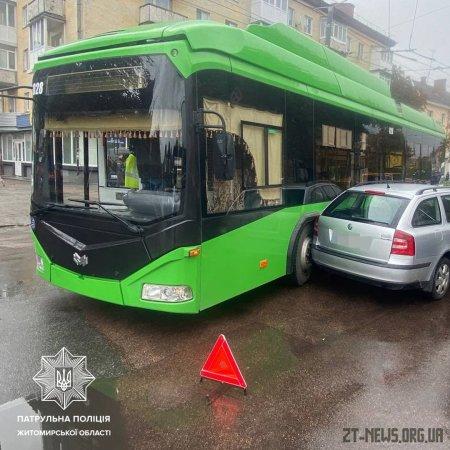 На майдані Перемоги зіткнулися тролейбус та легковик