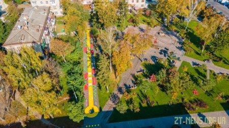 У сквері на Лятошинського з'явився кольоровий інтерактивний дитячий майданчик